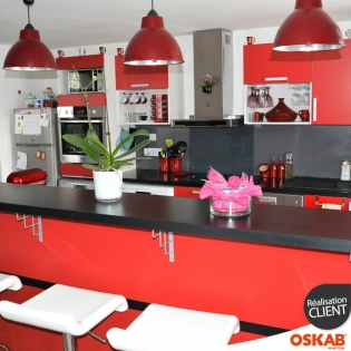 Cuisine americaine rouge finition mate avec snack bar