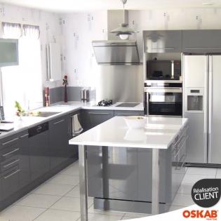 Cuisine avec ilot central grise et brillante style design for Ilot central cuisine gris