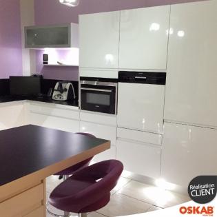 cuisine design et color e blanche brillante avec ilot snack oskab. Black Bedroom Furniture Sets. Home Design Ideas