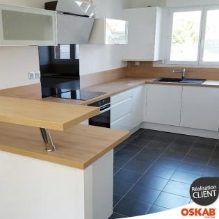 cuisine quip e moderne blanche sans poign es avec plan snack oskab. Black Bedroom Furniture Sets. Home Design Ideas