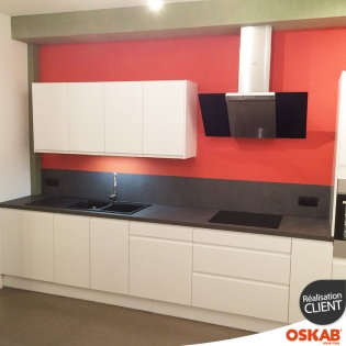cuisine moderne blanc brillant avec poign es int gr es oskab. Black Bedroom Furniture Sets. Home Design Ideas