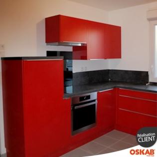 cuisine moderne en l rouge mat avec poignees discretes oskab. Black Bedroom Furniture Sets. Home Design Ideas