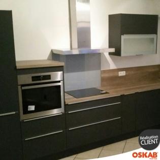 cuisine noir mate en l avec plan de travail en bois oskab. Black Bedroom Furniture Sets. Home Design Ideas