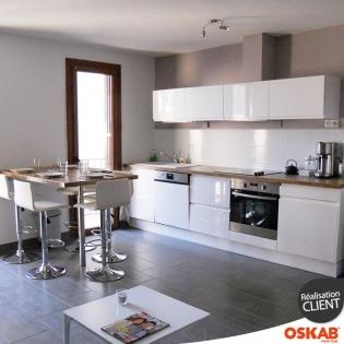 Cuisine ouverte blanc brillant avec coin repas en hauteur for Realisation cuisine ouverte