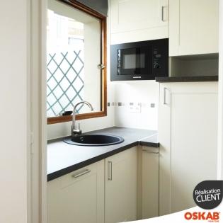 cheap cette mini cuisine pour studio est amnage du sol au plafond pour gagner en espace de. Black Bedroom Furniture Sets. Home Design Ideas