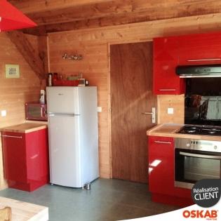 Cuisine rustique moderne rouge brillante et bois en l oskab - Cuisine rustique rouge ...