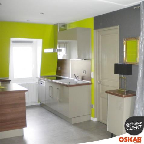 cuisine sous pente argile avec ilot oskab. Black Bedroom Furniture Sets. Home Design Ideas