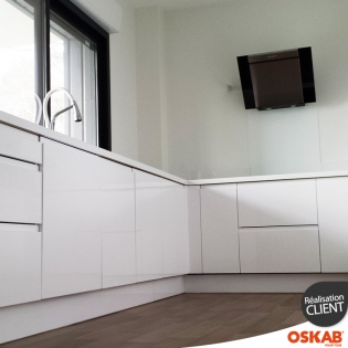 simple cuisine toute blanche sans poignee avec hotte design oskab for cuisine oskab with oskab. Black Bedroom Furniture Sets. Home Design Ideas