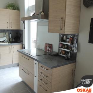 grande cuisine bicolore bois et blanc avec meubles vitres oskab. Black Bedroom Furniture Sets. Home Design Ideas