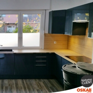 Grande cuisine moderne en u bleu brillant et bois oskab for Cuisine moderne bleu
