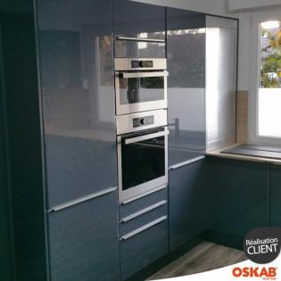 grande cuisine moderne en u bleu brillant et bois oskab. Black Bedroom Furniture Sets. Home Design Ideas