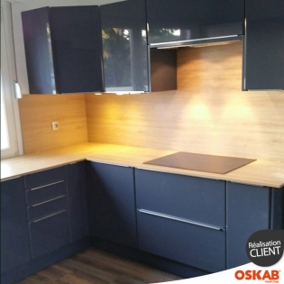 grande cuisine moderne en u bleu brillant et bois oskab. Black Bedroom Furniture Sets. Home Design Ideas