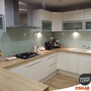 Grande cuisine moderne ouverte en u blanche et bois oskab for Cuisine moderne en u