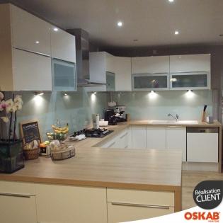 Grande cuisine moderne ouverte en u blanche et bois oskab - Cuisine moderne blanche et bois ...
