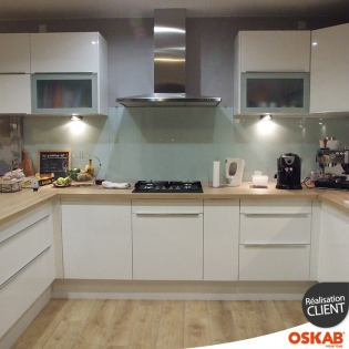 Grande cuisine moderne ouverte en u blanche et bois oskab - Cuisine ouverte en u ...