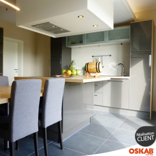 Grande et belle cuisine grise brillante avec ilot cuisson for Belle cuisine grise