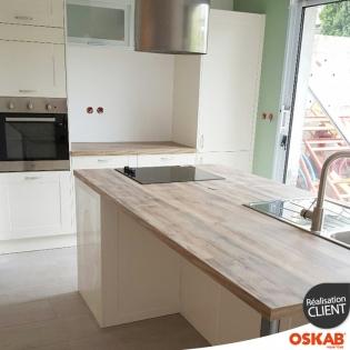 jolie cuisine cottage couleur ivoire avec grand ilot central oskab. Black Bedroom Furniture Sets. Home Design Ideas