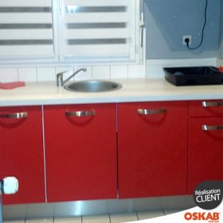 Petite cuisine moderne rouge mat et plan de travail en for Petite cuisine rouge